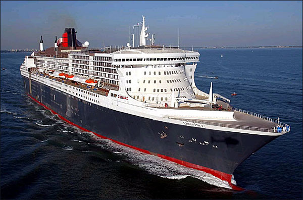 QM2_STEAMING_OUT