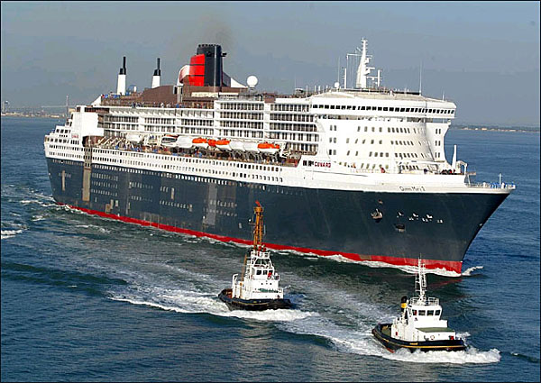 QM2_WITH_TUGS