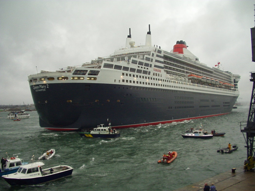 QM2 arriving Southampton boxing day 2003